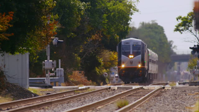 vidéos et rushes de nj transit commuter train travels the tracks - train de banlieue