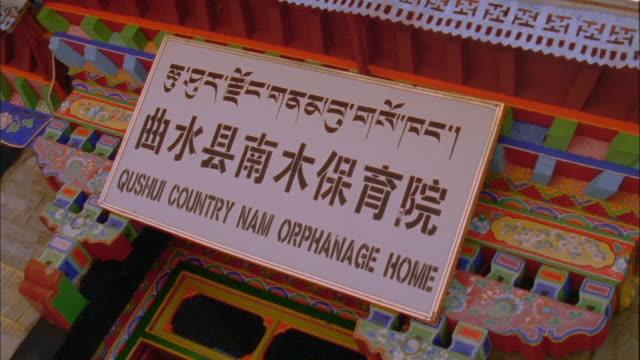 vídeos y material grabado en eventos de stock de translated sign for orphanage at entrance available in hd. - orfanato