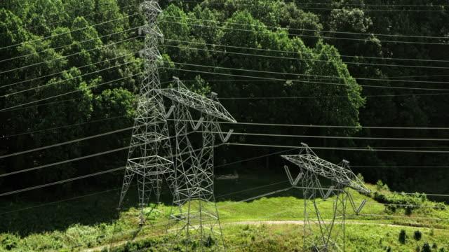 vídeos de stock, filmes e b-roll de torres de transmissão aéreas da floresta em um dia ensolarado - torre de comunicações