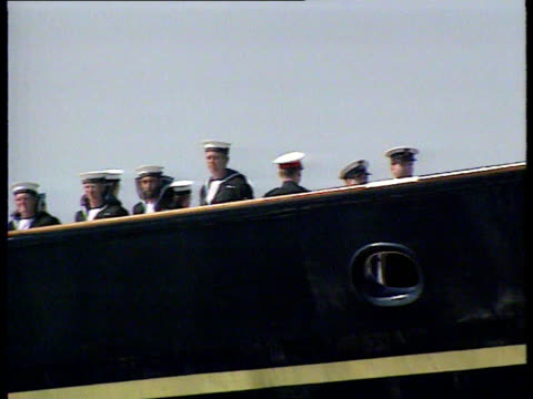 stockvideo's en b-roll-footage met royal yacht britannia; lib kuwait: royal yacht britannia along and crew on deck royal yacht berthing and flags being raised - perzische golf