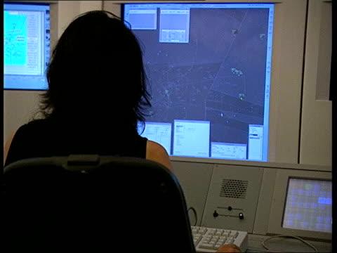 air traffic control computer problems itn england hampshire swanwick air traffic control centre air traffic controller working at screen in air... - air traffic control点の映像素材/bロール