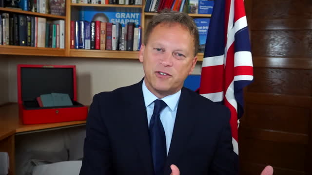 """transport secretary grant shapps saying he doesn't want to """"create a new problem"""" by hiring cheaper european haulage drivers to solve the fuel crisis - creativity stock videos & royalty-free footage"""