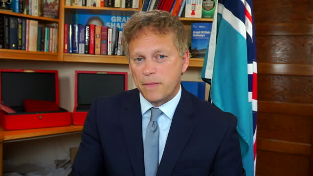 """transport secretary grant shapps saying people booking holidays to covid green list countries need to be aware that """"things can change short notice"""" - alertness stock videos & royalty-free footage"""
