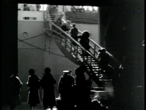 vídeos de stock, filmes e b-roll de transport ship in dock us army soldiers passing checkin desk walking up ramp w/ duffle bags onto ship ws ship in port w/ soldiers on deck soldiers... - 1943
