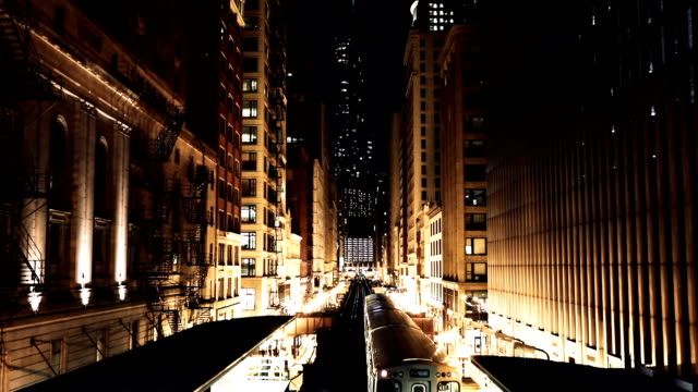transport in der nacht in der innenstadt von chicago, il - chicago illinois stock-videos und b-roll-filmmaterial