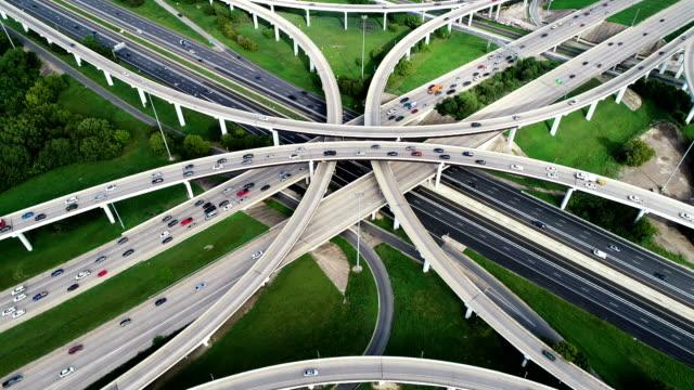 vidéos et rushes de infrastructure de transport routier et moderne s'élevant vers le haut et loin - échangeur