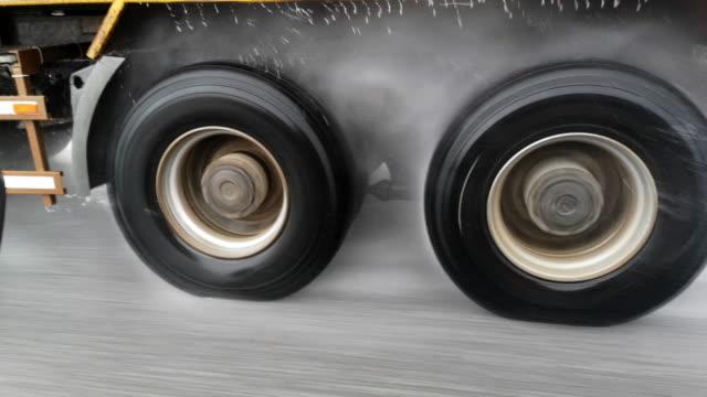 transport im regen - heavy goods vehicle stock-videos und b-roll-filmmaterial