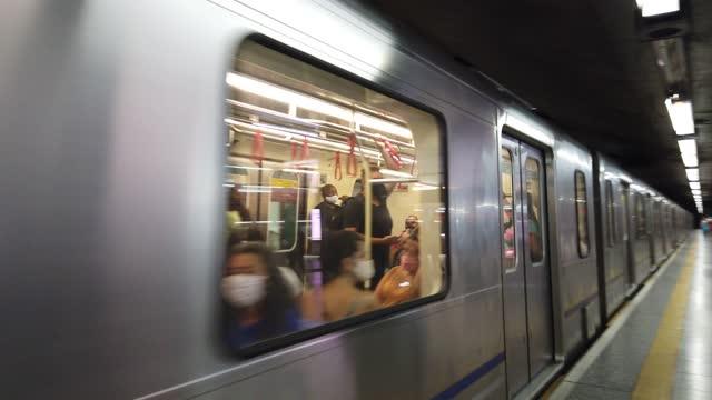 vídeos de stock, filmes e b-roll de transporte - metrô fechando as portas e saindo da plataforma do trem. - estação