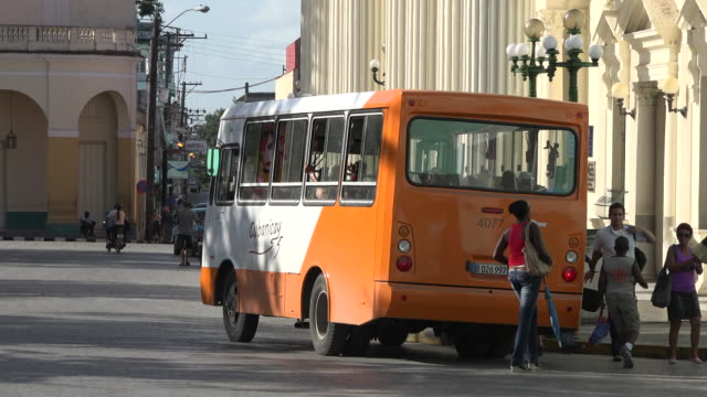 vídeos y material grabado en eventos de stock de transportation still remains a challenge for the cuban government recently it has introduced lines of urban buses to compete with private operators... - monumento nacional
