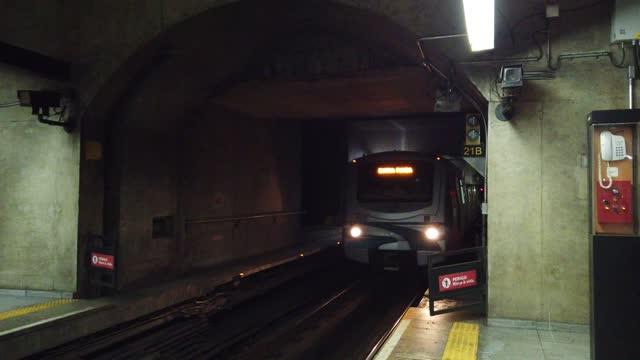 vídeos de stock, filmes e b-roll de transporte - metrô chegando na plataforma do trem. pov - estação