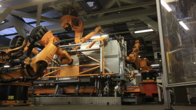 stockvideo's en b-roll-footage met vw transporter t6 production body shop press shop hanover germany thursday april 12 2018 - auto industrie