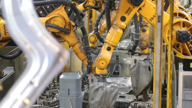 transporter t6 production, body shop, press shop, hanover, germany, thursday, april 12, 2018. - automobilindustrie stock-videos und b-roll-filmmaterial