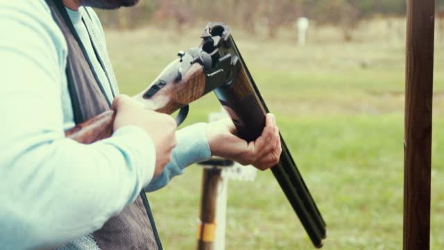 stockvideo's en b-roll-footage met val schutter herladen de shotgun (slow motion) - jachtgeweer