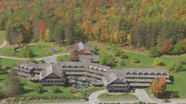 ws aerial pov trapp family lodge with parking lot and forest area / stowe, vermont, united states - stowe vermont stock videos & royalty-free footage