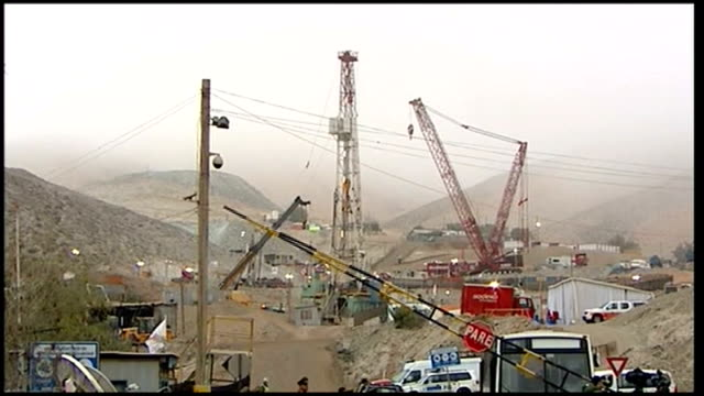 final rescue preparations underway chile copiapo san jose mine ext general view of cranes and drill at san jose mine with misty hills in the... - chile stock-videos und b-roll-filmmaterial