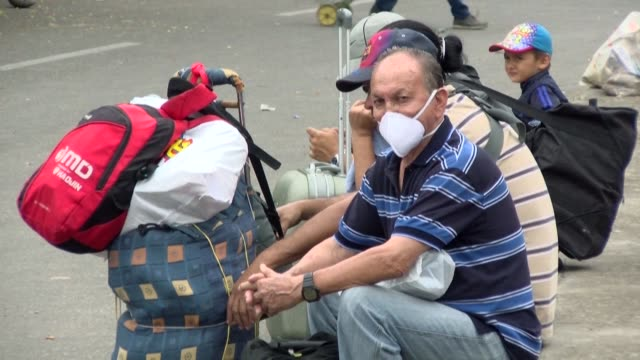 vídeos y material grabado en eventos de stock de trapped venezuela migrants react after the colombian government decides to closes its border as part of measures to ramp up efforts to fight off the... - hispanoamérica