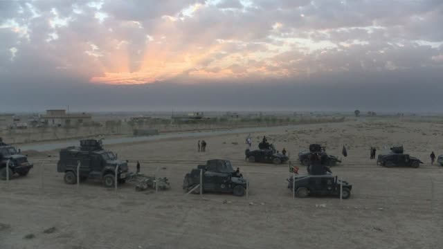 vídeos de stock, filmes e b-roll de tras asegurar el control de la localidad de bartalla las fuerzas iraquies se dirigen hacia los limites orientales de mosul bastion del grupo... - irak