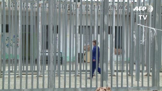 vídeos de stock, filmes e b-roll de tras las rejas de los centros de retencion italianos varios cientos de migrantes se mueren de angustia y aburrimiento - aburrimiento