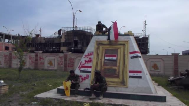 vídeos de stock, filmes e b-roll de tras liberar la ciudad de tikrit el gobierno iraqui trata de expulsar a los ultimos yihadistas en la ciudad y afirma estar dispuesto a liberar al... - irak