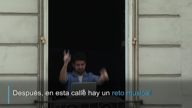 tras los aplausos al personal sanitario en una calle de parís un grupo de vecinos participa desde sus balcones en un reto musical de adivinanzas - música stock videos & royalty-free footage