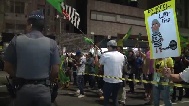 vídeos y material grabado en eventos de stock de tras los nuevos giros en el proceso para llevar a juicio a la presidenta brasilena dilma rousseff simpatizantes y detractores del impeachment... - llevar