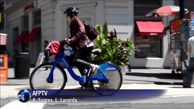 tras paris londres barcelona o montreal nueva york lanzo este lunes su programa de servicio de bicicletas para uso libre desde ahora 6000 bicis van a... - la city de londres stock videos and b-roll footage