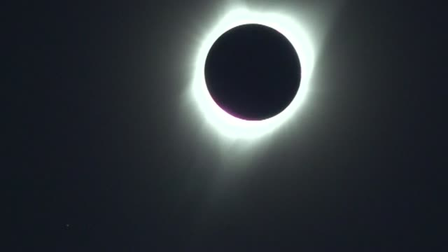 tras un siglo de espera un eclipse total de sol oscurecio en pleno dia la costa oeste de estados unidos para desplazarse paulatinamente hacia el este... - astronomia stock videos & royalty-free footage