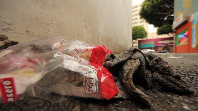 vídeos de stock, filmes e b-roll de trash and a bag of bread in an alley - saco de lixo