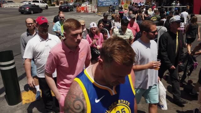 vidéos et rushes de trash can and tourists walking in las vegas - the strip las vegas