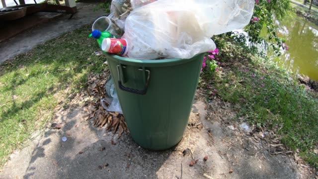 vídeos y material grabado en eventos de stock de basura puede deshacerse de los residuos de plástico y otros desechos. - contenedor para la basura