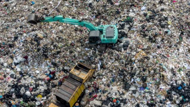 vídeos de stock, filmes e b-roll de operação lixo - poluição do plástico
