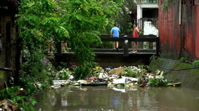 vídeos de stock, filmes e b-roll de trashed filled river after typhoon kammuri dumps heavy rain in philippines - poluição da água