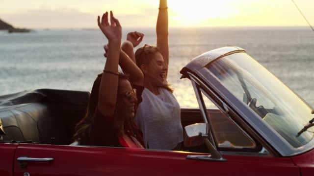 travel and see the world - braccia alzate video stock e b–roll