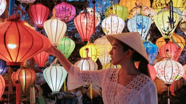 旅行アジアの女性ホイアンでランタンを選択, ベトナム - お土産点の映像素材/bロール