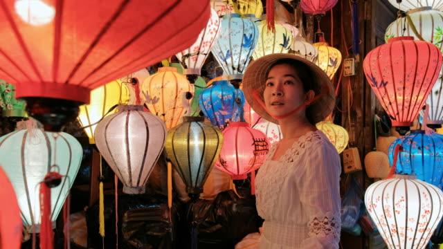 旅行アジアの女性ホイアンでランタンを選択, ベトナム - ベトナム点の映像素材/bロール