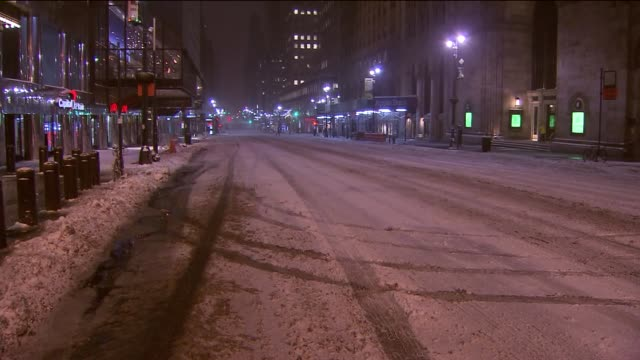stockvideo's en b-roll-footage met travel bans and states of emergencies in effect for new york, new jersey and connecticut. schools in new york city and much of the tri-state were... - bord weg afgesloten