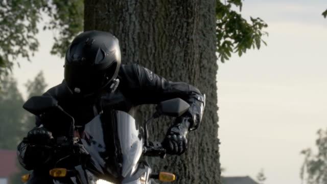 reisen sie mit dem motorrad. hautnah auf treiber. landschaft im ländlichen raum - motorradfahrer stock-videos und b-roll-filmmaterial
