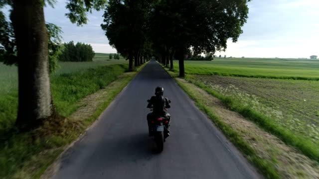 Reizen door motorfiets. Landelijke omgeving