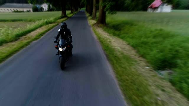 reisen sie mit dem motorrad. landschaft im ländlichen raum - sturzhelm stock-videos und b-roll-filmmaterial