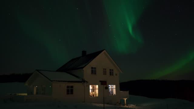 travel cinemagraphs, norwegian house with polar lights - polarlicht stock-videos und b-roll-filmmaterial