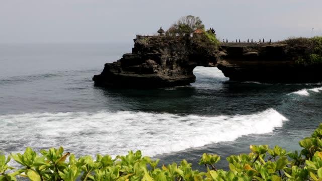 vídeos de stock e filmes b-roll de travel destination: bali - pura tanah lot