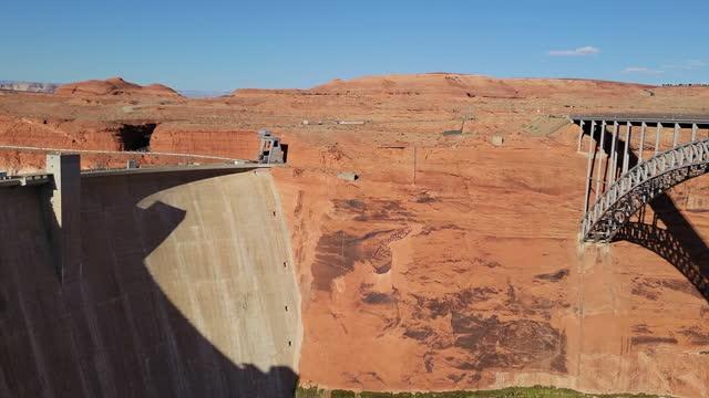 vídeos de stock e filmes b-roll de travel destinations - glen canyon dam, glen canyon dam bridge and lake powell - lago powell
