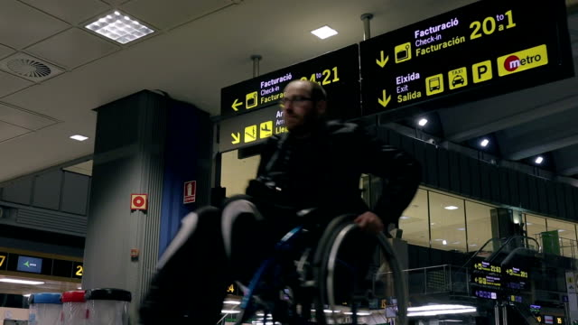 vídeos de stock e filmes b-roll de travel disability at airport - stock video - pessoas com deficiência
