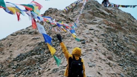 reisen sie mann und tibetischen gebetsfahnen leh ladakh, indien - chinese culture stock-videos und b-roll-filmmaterial