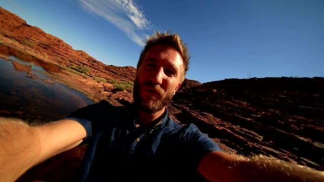 Reizen man wandelen neemt selfie portret