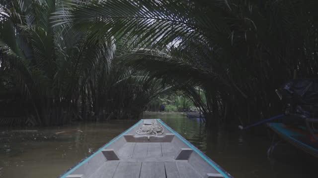 vídeos y material grabado en eventos de stock de viaje con un barco de madera a través del hermoso canal de senderos en el sur de tailandia - plano descripción física