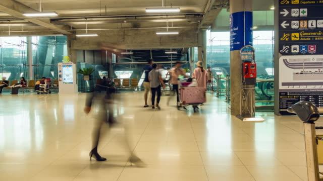 Resenär på flygplatsen byggnaden tidsfördröjning