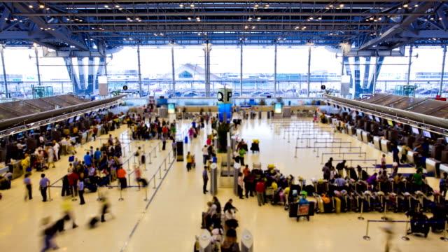 aeroporto di viaggiatori all'area check-in time lapse - addetto all'accettazione video stock e b–roll