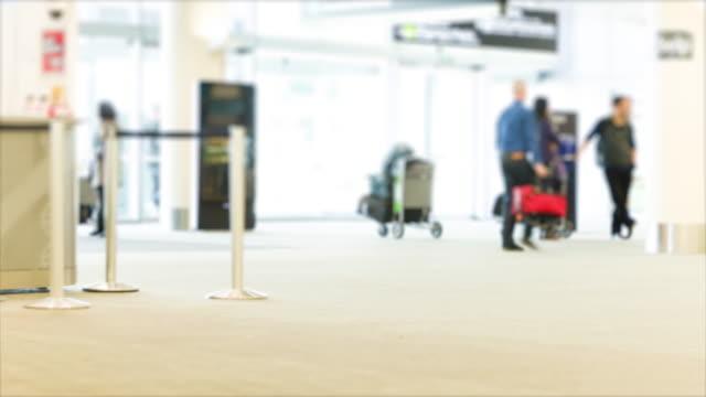 reisende, die am flughafen-terminals, zeitraffer - flugpassagier stock-videos und b-roll-filmmaterial