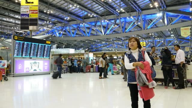 reisende, die am flughafen-terminals-timelapse - flugpassagier stock-videos und b-roll-filmmaterial